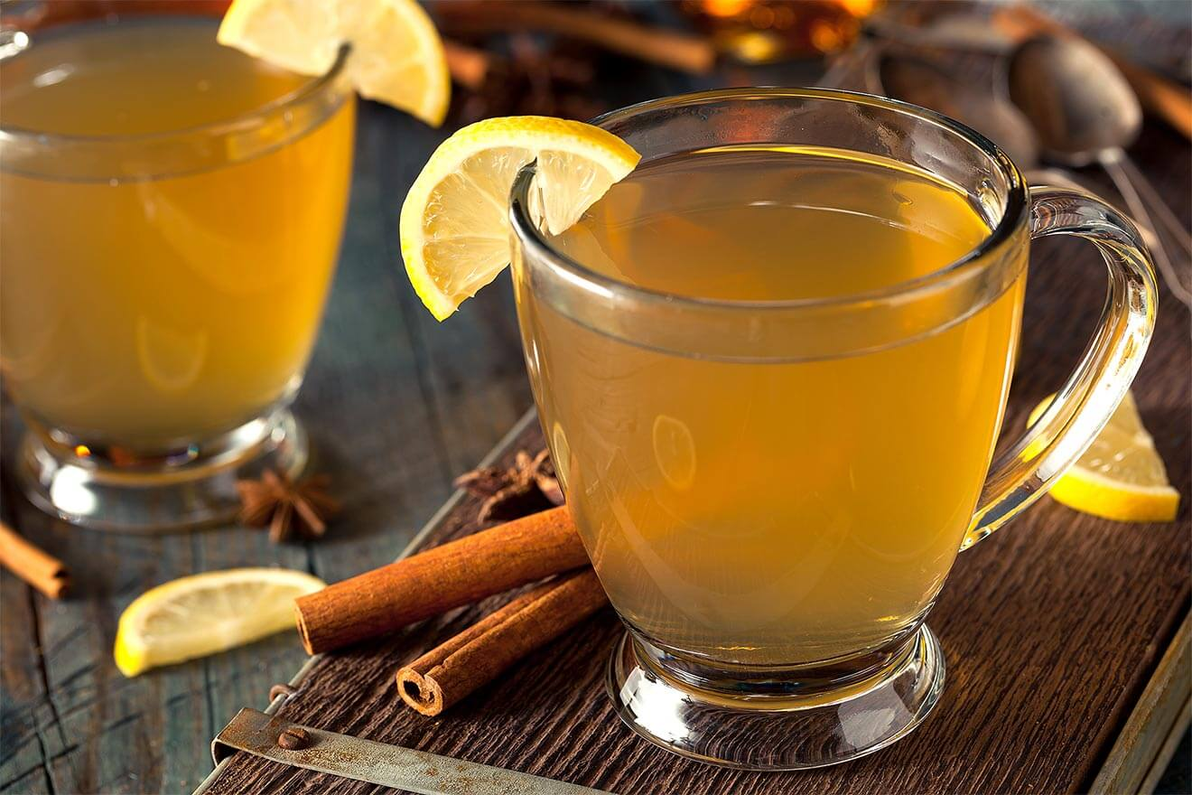 BACARDĺ Rum Hot Toddy, cocktails with cinnamon stick garnish and lemon