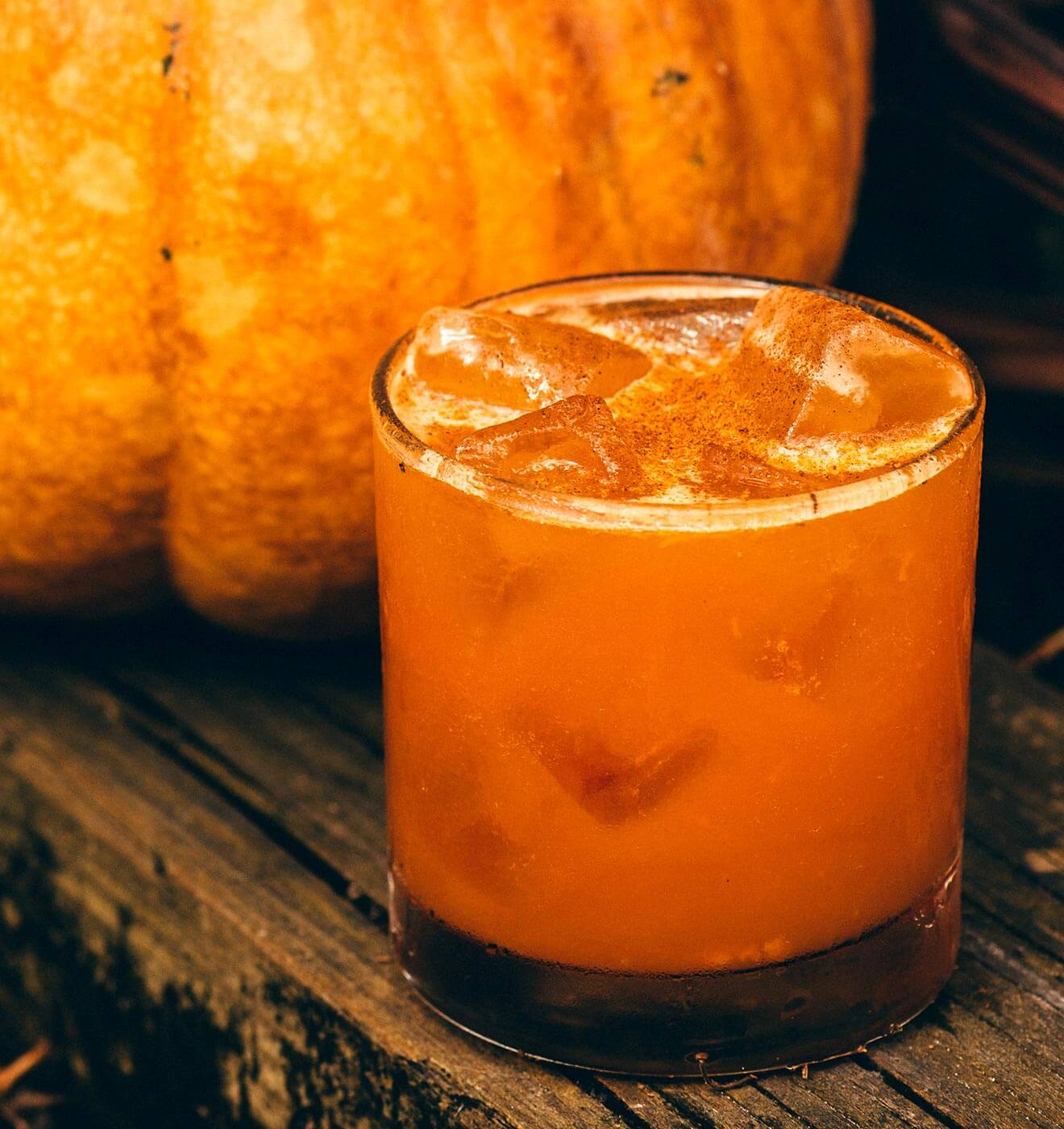 Smashing Pumpkins, cocktail with pumpkin on table