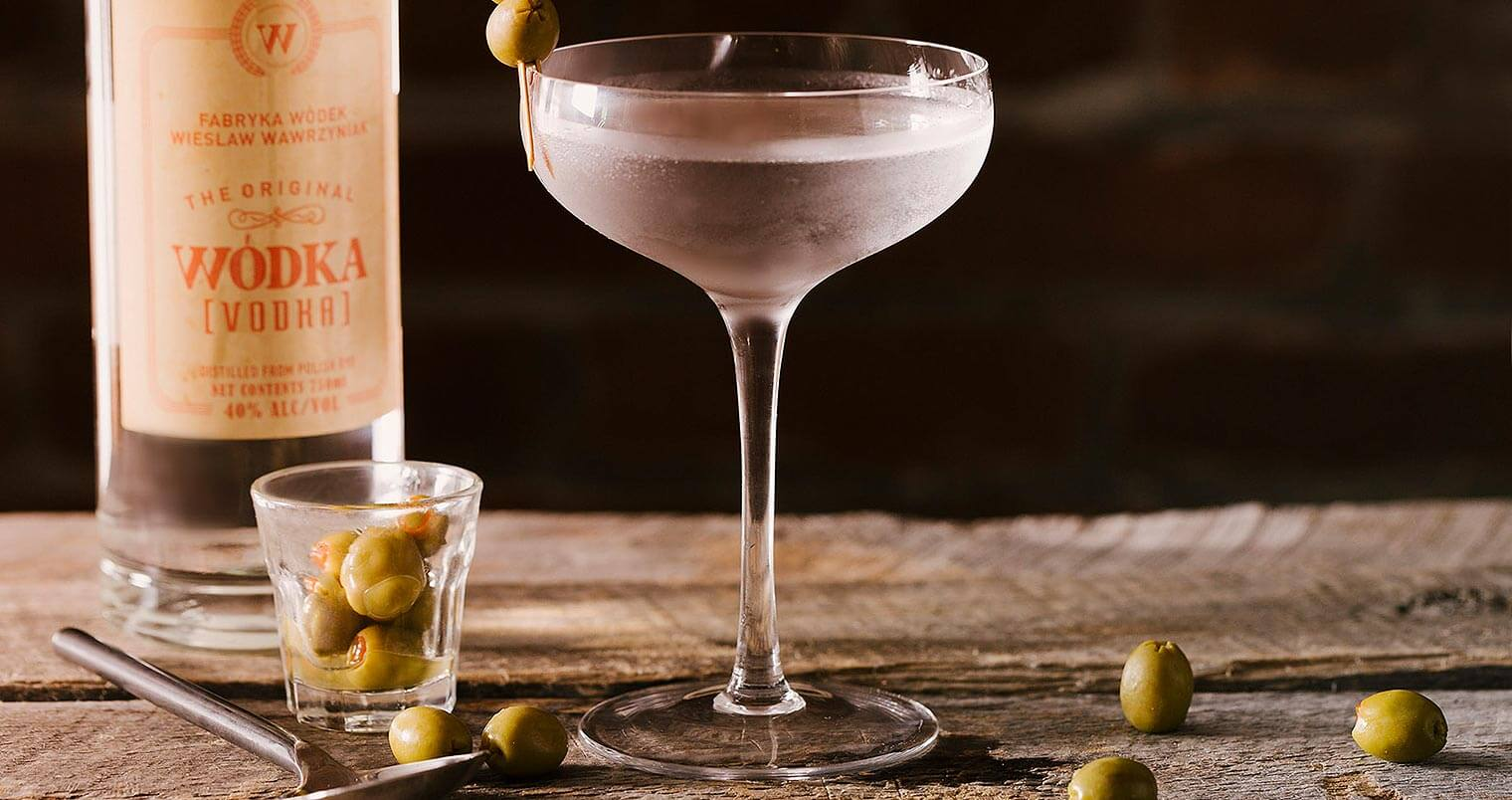 Wódka Martini, featured image, bottle and cocktail, olives