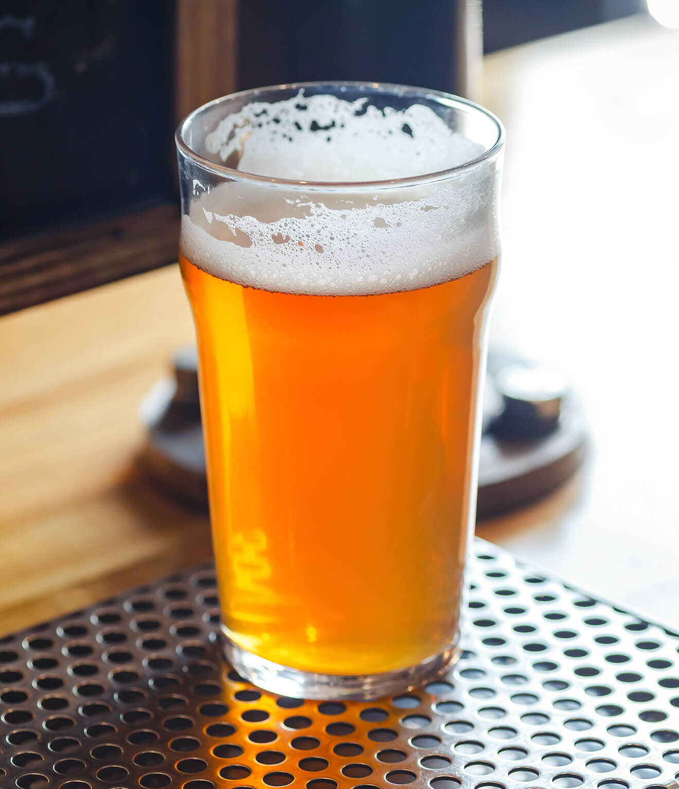 The Difference Between Pale Ale and IPA, craft beer pint