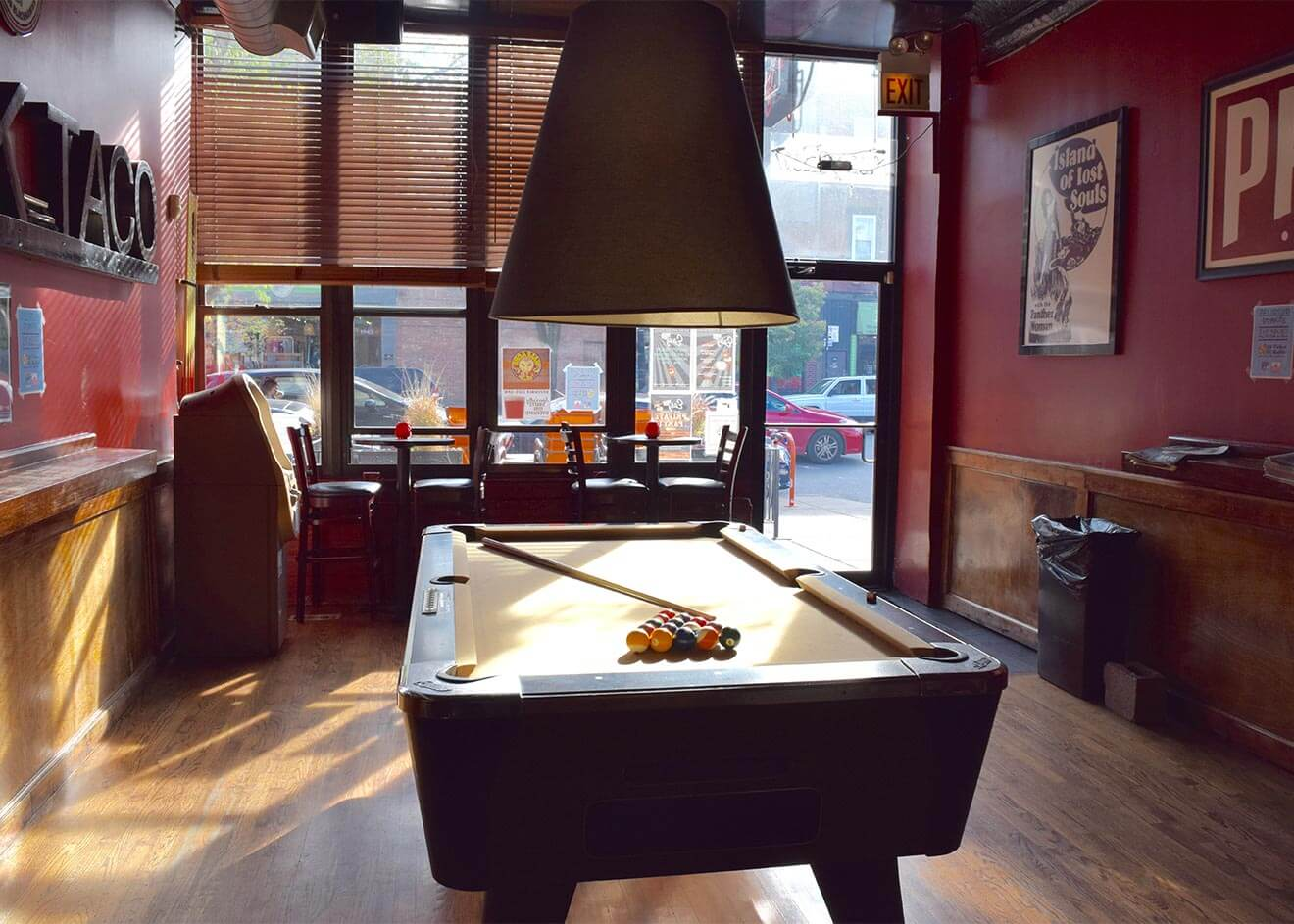 Easy Bar, pool table and lounge