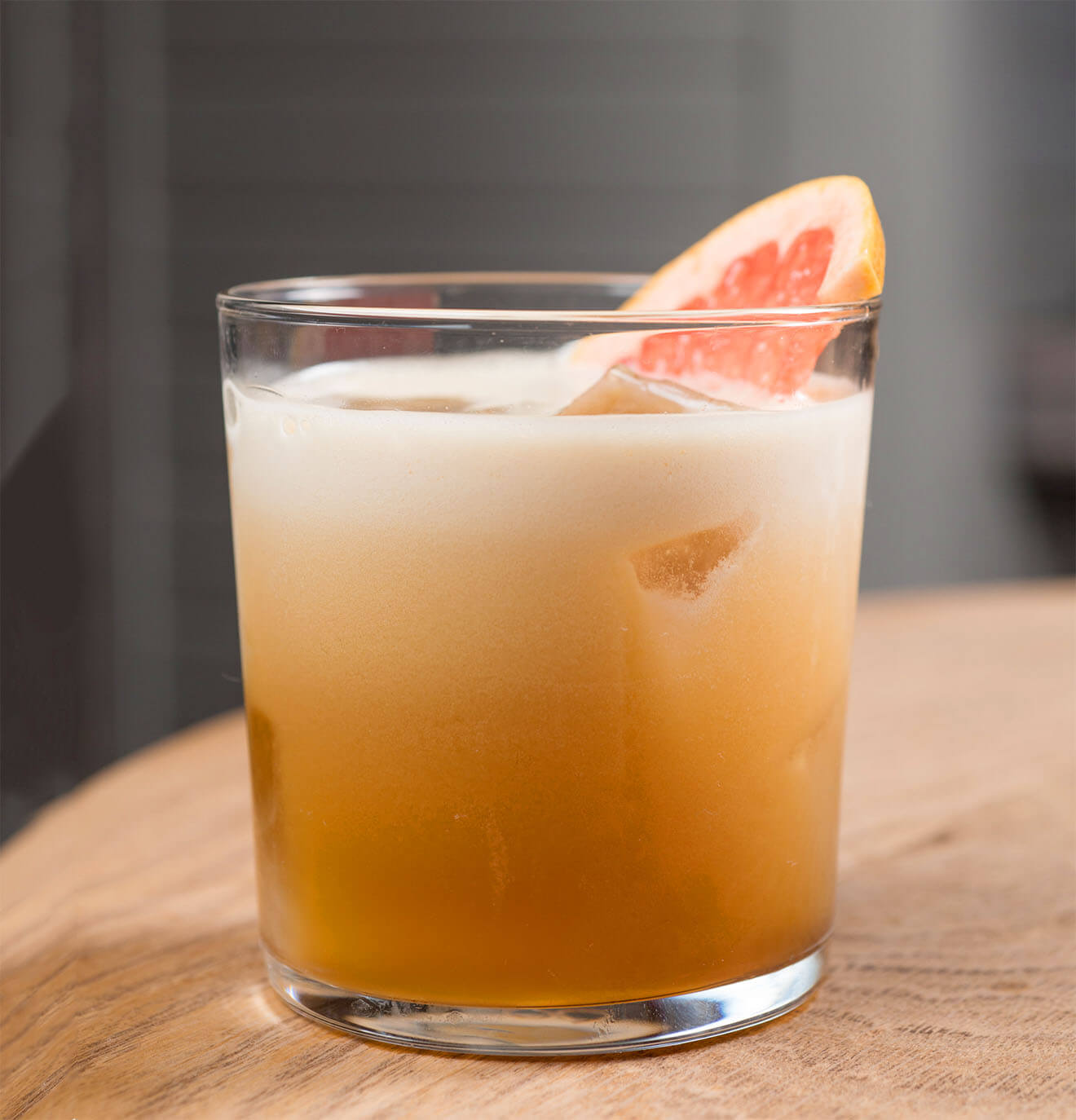 Tommy Cueball, cocktail with grapefruit garnish