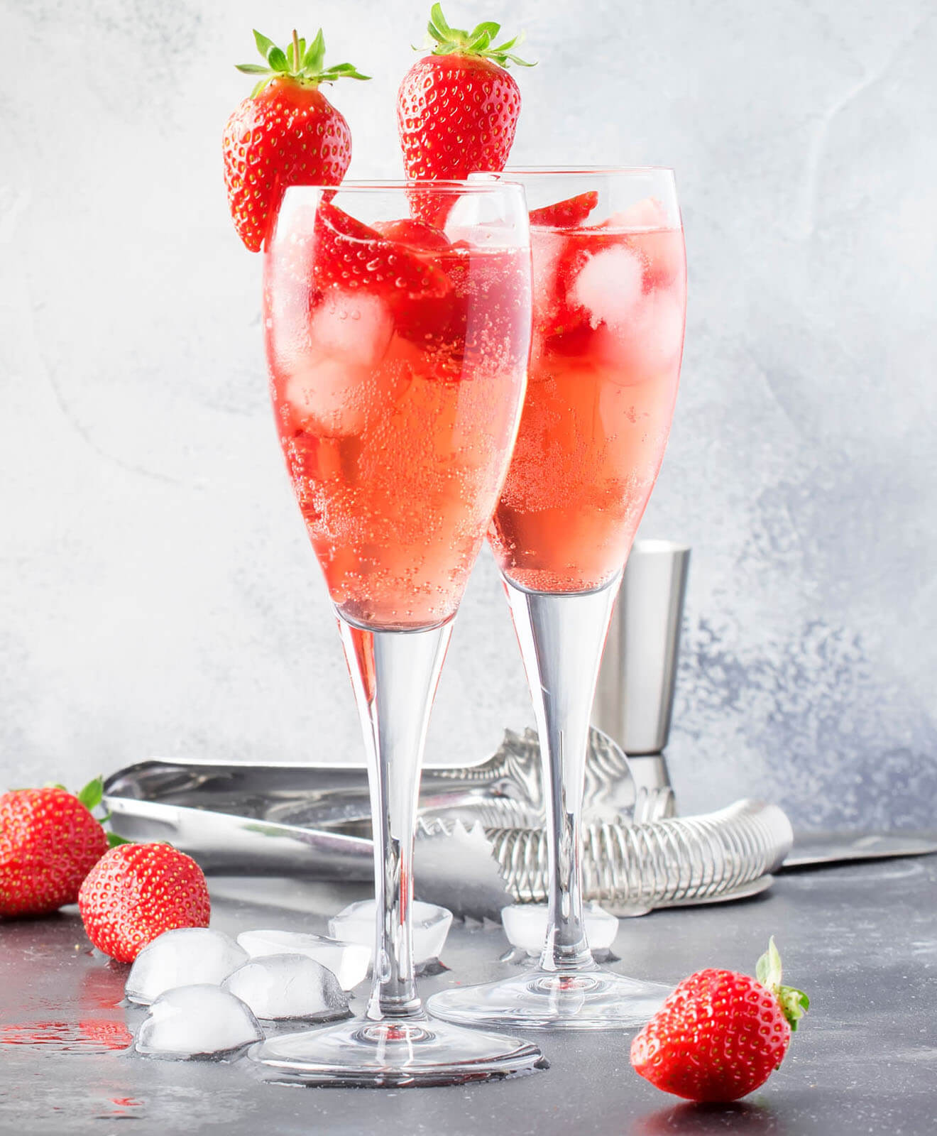 Fizzy Strawberry cocktails with strawberries